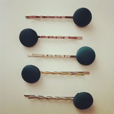 horquillas con botones forrados para el cole Bobby Pins, 21st, Hair Accessories, Instagram Posts, Beauty, Covered Buttons, Hairpin, Hair Accessory, Hair Pins
