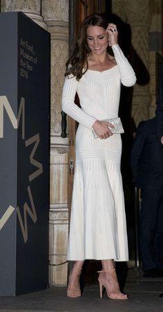 C'est dans une très élégante robe dévoilant ses épaules nues que la duchesse de Cambridge, née Kate Middleton, est apparue ce mercredi soir au musée d...