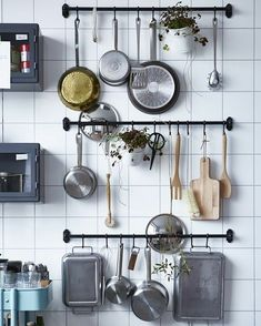 Use this practical space-saving storage solution in the kitchen for your kitchen utensils. Get more small kitchen ideas here. Use this practical space-saving storage solution in the kitchen for your kitchen utensils. Get more small kitchen ideas here. Kitchen Rails, Kitchen Wall Storage, Kitchen Ikea, Kitchen Storage Solutions, Smart Kitchen, Kitchen Decor, Kitchen Small, Kitchen Pantry, Kitchen Shelves