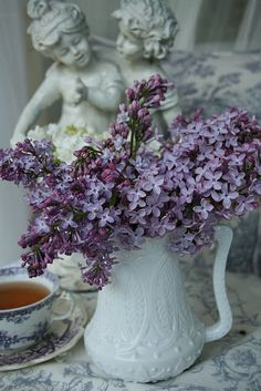 gorgeous lilacs in Milkglass!