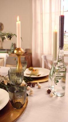 Süßer, äh Verzeihung grüner die Glocken nie klingen und während sich einige Weihnachtsmuffel noch vor dem Fest der Liebe sträuben, zeigen wir euch im dritten Teil aus unserer Serie festliche Tischdeko, mit welchen Tipps und Tricks man selbst mit jeder Menge natürlichen Elementen für einen großen weihnachtlichen Wow-Effekt an einer gedeckten Tafel sorgen kann. Diy Bedroom Decor, Diy Home Decor, Table Set Up, Dinning Table, Table Settings, Candles, Make It Yourself, Table Decorations, Interior Design