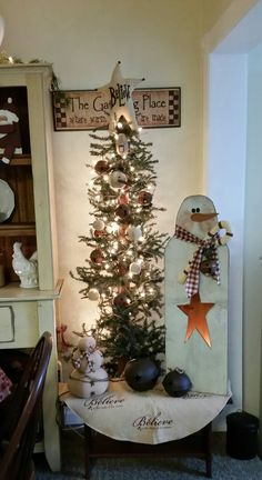 Prim Country Christmas tree Primative Christmas Tree, Country Christmas Trees, Primitive Christmas, Outdoor Christmas Decorations, Winter Christmas, Christmas Holidays, Christmas Thoughts, Diy Snowman, Christmas Crafts For Gifts