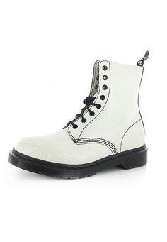 Dr. Martens Boots - das weiße aufgebrochene Leder lässt diesen Dr. Martens-Klassiker in einem coolen White+Black-Look erstrahlen.