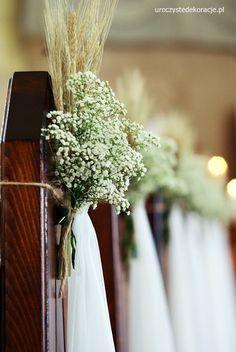 Dekoracja kościoła w sierpniu. Dekoracje ławek w kościele na ślub.
