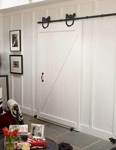 In plaats van gewone deur een stal schuifdeur. Ook ruimtebesparend en lekker ouderwets!