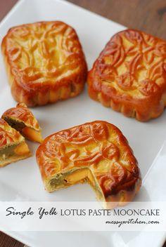 Single Yolk Lotus Paste Mooncake & Mooncake Biscuits