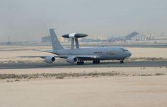 Photo : (c) EMA - Un E-3F AWACS Sentry à Al Udeid, au Qatar.  Après avoir récemment engagé le Groupe Aérien Embarqué, composé, entre autre, de onze Rafale M et de neuf Super-Etendard Modernisés de la Marine Nationale, la France continue de renforcer son dispositif aérien militaire dans la lutte contre l'Etat Islamique en Irak.  En effet, Jeudi 19 Mars, le Ministère de la Défense a indiqué dans son point presse hebdomadaire qu'un E-3F Sentry AWACS vient d'être intégré au sein de l'opération…