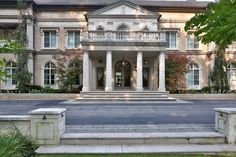 Stately Neoclassical mansion In Toronto, Canada :: Entrance detail