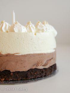 Triplasuklaamoussekakku on suklaaholistin lempparikakku. Suklaata on paljon, useassa eri muodossa!