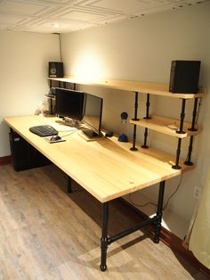 Rohrablage – – Home Office Design Diy Diy Office Desk, Diy Computer Desk, Home Office Setup, Home Office Desks, Gaming Pc Desk, Room Setup, Desk Setup, Pipe Shelves, Pipe Furniture