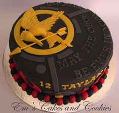 The Hunger Games Cake- I'd add luster dust to the mockingjay pin. this cake ---> awesome Hunger Games Cake, Hunger Games Party, Hunger Games Fandom, Hunger Games Trilogy, Cupcakes, Cupcake Cakes, Movie Cakes, Cool Cake Designs, Cake Central