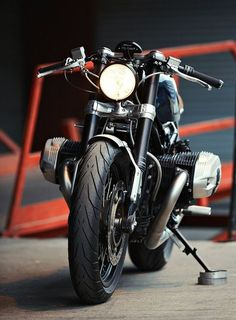 Elegant 100% BMW R nineT Cafe Racer by Clutch Custom Motorcycles #BMW #caferacer #motos | caferacerpasion.com