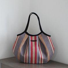 リネンストライプのグラニーバッグです。持つと丸に近い形になるので「丸バッグ」。バッグ全体に中厚の接着芯を貼っています。 【サイズ】横36cm×縦2...|ハンドメイド、手作り、手仕事品の通販・販売・購入ならCreema。