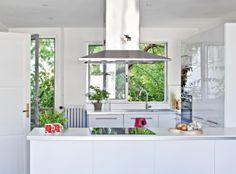 Takapihan vehreys on osa keittiön tunnelmaa.   Funkkista viinitarhan raunioilla   Koti ja keittiö