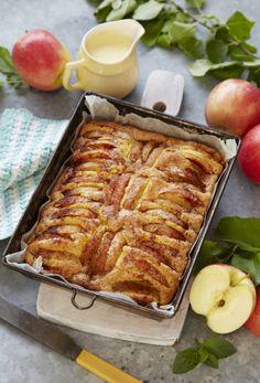 Lige nu er der æbler i haven, og det betyder, at det er tid til æblekage! Danish Cuisine, Danish Food, Delicious Cake Recipes, Yummy Cakes, Dessert Drinks, Desserts, Norwegian Food, Home Food, Food Cakes