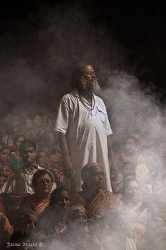Man next to the river Ganga during a religious ritual. Varanasi (Benares), India. By Jaime Maciá jaimemacia.tumblr.com