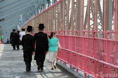 Judíos ultraortodoxos cruzando el puente de Williamsburg Williamsburg Brooklyn, Lonely Planet, Usa News, Road Trip Usa, North America, Places To Go, Tourism, Fair Grounds, Nyc