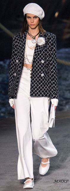 Chanel Resort 2019 Paris Runway Fashion Catwalk Show Design Trends Karl Lagerfeld Clipped By Whirlypath Fashion Week, Love Fashion, Runway Fashion, High Fashion, Fashion Outfits, Womens Fashion, Chanel Resort, Chanel Cruise, Chanel Style Jacket