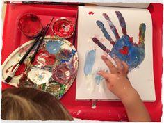 Mamás, a plasmar vuestras manos con pintura en el papel y después a dejar a vuestros hijos pintar la hoja a su gusto. Algunos niños pintarán encima y otros respetarán vuestra obra y lo harán alrededor. ¿Qué hará tu hijo? Hihihi