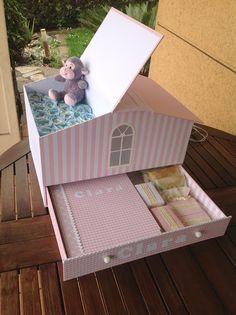 Canastilla personalizada en forma de casita. Contiene pañales, álbum de fotos y jabones artesanales.  Con luz quitamiedos.
