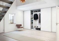Skjutdörrsgarderob Trimline från Ballingslöv, exempelbild. I master bedroom vita dörrar. På bottenvåningen dörrar i antracitgrått.