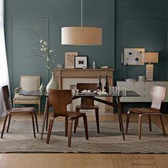 Esszimmer Holz Sitzgruppe Kamin blaue Wand Farbe