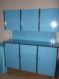 Cuisine vintage complète formica bleu Table 0,80 X 1,20 avec rallonges de 0,40   0,80 X 2,00 Buffet  larg. 1,50  haut. 1,88  prof.0,45 le bas  0,36 le haut 6 chaises + pendule assortie Plus de photos sur demande.Me contacter par mail. - 42