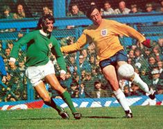 May Northern Ireland winger George Best robs England goalkeeper Gordon Banks of the ball, but his subsequent 'goal' is disallowed. Retro Football, World Football, Football Kits, Vintage Football, Northern Ireland Fc, Gordon Banks, Image Foot, English Football League, Manchester United Players