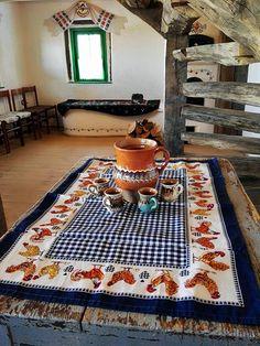 Traditional Interior, Traditional House, Pots, Rustic Decor, Bohemian Rug, House Design, Living Room, Interior Design, Restaurant