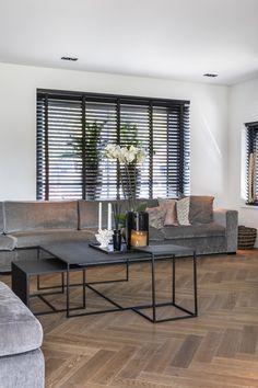 """Dit interieur bewijst dat een lijnenspel niet saai hoeft te zijn. De houten jaloezieën met ladderbanden, visgraatvloer, salontafels met bijzondere poten: overal komen de lijnen terug. Variatie in materialen en kleuren is belangrijk.  Foto: Denise Keus – """"Stijlvol Wonen"""" - © Sanoma Regional Belgium N.V. Home Decor Bedroom, Home, Happy New Home, House Styles, Living Room Interior, House Interior, Home Deco, Interior Design, House Interior Decor"""