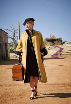 Kate Winslet as Tilly Dunnage in The Dressmaker; costume by Margot Wilson. Kate Winslet, The Dressmaker Movie, 1950s Fashion, Vintage Fashion, Film Fashion, Bags Online Shopping, Movie Costumes, 1950s Costumes, Schneider