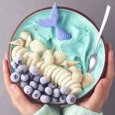 Mermaid bowl 🧜🏽♀️🐚🌊 Smoothie made with frozen bananas, pinch of blue spirulina & matcha 💦 Topped with vegan white chocolate sea shells & tail colored with blue spirulina ✨ TAG FRIEND WHO WOULD LOVE THIS! Raspberry Smoothie, Vegan Smoothies, Smoothie Bowl, Smoothie Recipes, Cute Food, Yummy Food, Healthy Food, Healthy Life, Healthy Recipes