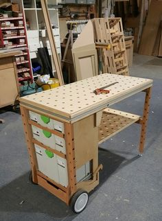 Вариации на тему многофункционального стола Festool MFT 3 Mobile Workbench, Folding Workbench, Diy Workbench, Workshop Storage, Tool Storage, Woodworking Jigs, Woodworking Projects, Wood Tools, Garage Shop