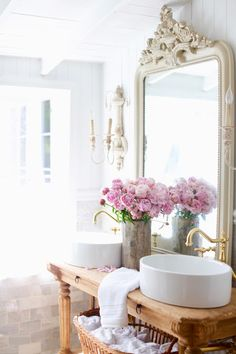 Beautiful simple summer bathroom decor Ideas in pink with vintage decor from French Country Cottage. #frenchcountrycottage #bathroomdecor #bathroomideas #frenchvintage #frenchdecor
