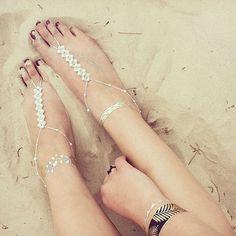 手作りも出来ちゃう!『ベアフットサンダル』でビーチウェディングを裸足で楽しむ♡にて紹介している画像