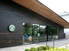 平屋造りのスタバは新鮮で、窓も大きく外観からも開放的な雰囲気が伝わってきますね。