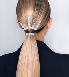 A ponytail is not trivial anymore. This hairdo is one of the simplest, yet most versatile styles, and there is a huge amount of ideas about it. The ponytail has been popular for decades already… Chic Hairstyles, Creative Hairstyles, Ponytail Hairstyles, Wedding Hairstyles, Ponytail Ideas, Ponytail Haircut, Saree Hairstyles, Hairstyles Videos, Fashion Hairstyles