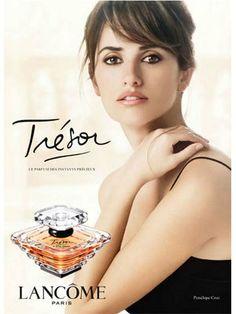 Penelope Cruz for Lancôme's Tresor Fragrance Ad Campaign Mario Testino, Julia Roberts, Millie Bobby Brown, Tresor Lancome, Tresor Perfume, Pretty Woman, Spanish Actress, Sweeping Bangs, About Hair