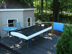 """Réaliser des économies d'énergie en chauffant son habitation grâce de l'énergie solaire, rien de nouveau pour l'instant. Mais si, au lieu d'investir dans des panneaux solaires souvent coûteux, vous preniez une journée pour fabriquer vos propres panneaux à base de canettes en aluminium ? L'idée est étonnante et allie à la perfection recyclage, développement durable et """"fait-maison"""" ! Voici donc la marche à suivre afin de réaliser soi-même son chauffage solaire à... Installation Solaire, Outdoor Furniture, Outdoor Decor, Solar, Table, Afin, Voici, Home Decor, Innovation"""
