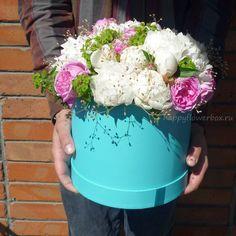 """Бирюзовая """"шляпная"""" коробка пушистой, мягкой и ароматной нежнятины из цветов."""