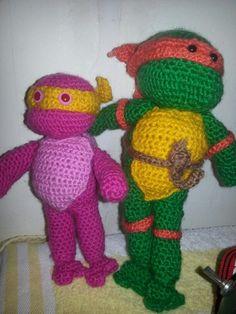 een roze kleinere turtle vriendje erbij. gratis haakpatroon in deze map te vinden bij de groene ninja turtle