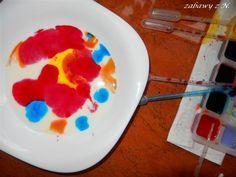 Co jakiś czas wracamy do malowania na mleku – zabawy, spotkania ze sztuką będącego jednocześnie eksperymentem naukowym. Osobiście lubię tę zabawę za nieprzewidywalność, prostotę i spektakular…