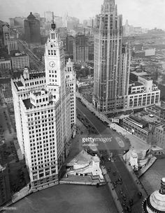 View of the city center with Michigan Avenue; left: the Wrigley building, on the right the Chicago Tribune skyscraper - 1927 - Vintage property of ullstein bild