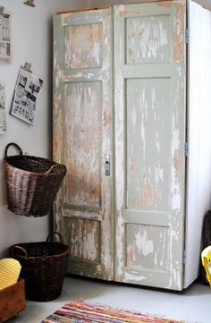 love that cupboard,,, patina mueble