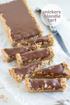 guess I need to try these---OMG! Snickers Blondie Tart- peanut butter blondie base filled with crunchy peanuts, salted caramel, and milk chocolate ganache! I just about died. Tart Recipes, Sweet Recipes, Baking Recipes, Dessert Recipes, Oven Recipes, Fudge Recipes, Curry Recipes, Sweet Pie, Sweet Tarts