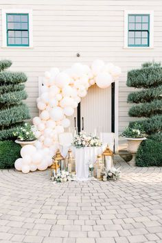 Balloon arch backdrop and sweetheart table. Photo: @paigebrittanyphoto Intimate Wedding Ceremony, Wedding Reception Centerpieces, Wedding Balloons, Wedding Table Decorations, Just Married Sign, Balloon Backdrop, Sweetheart Table, Industrial Wedding, Wedding Shoot