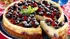 BLÅBÆROSTEKAKE: Ved servering kan du også legge på litt rørte bringebær og drysse med melis, så ser kaken ekstra innbydende ut!