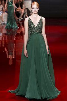 petrol yeşili davet elbisesi zümrüt yeşili abiye elbise abiye elbise modelleri elie saab 2013 gece elbiseleri davet elbiseleri düğün de ne giyilir nişanda ne giyilir en moda abiyeler abiye blog blogger 682x1024 Elie Saab 2013 2014 Sonbahar / Kış Couture Koleksiyonu