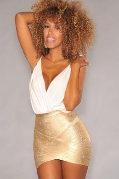 Show off your shape in this sexy bandage skirt, the metallic bandage skirt with arched hem hits at mid-thigh.Pair this with a low-cut bodysuit and pumps for a night out on the town. Style Miami, Hot Miami Styles, Miami Fashion, Women's Summer Fashion, Uk Fashion, Miami Moda, Low Cut Bodysuit, Gold Sequin Skirt, Barbie