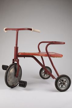 Tricycle / It's an oldie. Antique Metal, Antique Toys, Vintage Toys, Retro Vintage, Objets Antiques, Old Antiques, Fiat 600, Tricycle Bike, Kids Bicycle